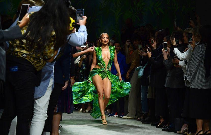 Jennifer Lopez reporte sa robe qui a donné naissance à Google Image lors du show Versace