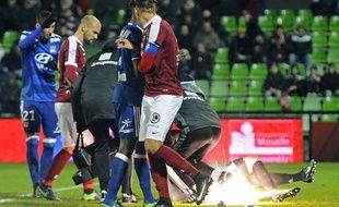 Un pétard explose tout près d'Anthony Lopes, le gardien Lyonnais, lors de Metz-Lyon, samedi 3 décembre.