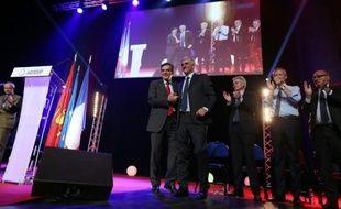L'ancien Premier ministre français François Fillon (LR, à g) et le candidat aux régionales en Normandie Hervé Morin (c) durant une réunion publique le 7 décembre 2015 à Caen
