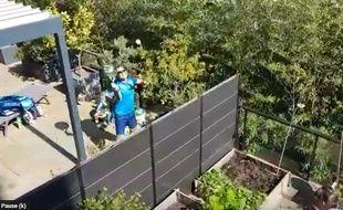 Ils s'affrontent par-dessus le mur qui séparent leurs terrasses