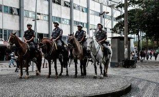 Face à une recrudescence des vols à main armée à Rio, des policiers à cheval ont été déployés dans les rues et les parcs du centre de la ville le 5 mai 2015