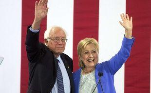 Bernie Sanders et Hillary Clinton lors de leur premier meeting commun, le 12 juillet 2016 à Portsmouth (Etats-Unis).