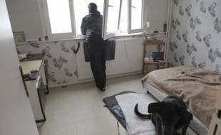 Un SDF dans un hébergement d'urgence mis en place par la ville dans la résidence Buchner, à Strasbourg.