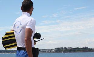Illustration d'un CRS maître nageur sauveteur surveillant la baignade. Ici sur la plage de Saint-Malo, en juillet 2016.
