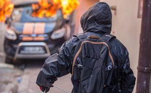 Une voiture en feu en marge d'une manifestation des «gilets jaunes». Illustration.