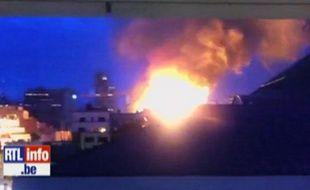 Capture d'écran d'une vidéo amateur mise en ligne par RTL.be montrant un bâtiment en feu à Bruxelles, le 7 août 2012.