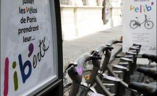"""Paris lance dimanche son nouveau système de vélos en libre-service """"Vélib"""", conçu pour transformer les modes de déplacement dans la capitale tout en contribuant à la réduction de la pollution."""