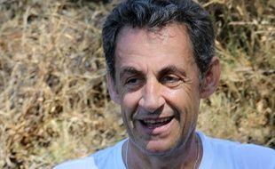 Nicolas Sarkozy photographié le 11 juillet 2015 alors qu'il fait une pause lors d'un circuit à vélo aux alentours du Cap-Nègre (Var).