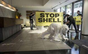 Une vingtaine de militants de Greenpeace ont pénétré jeudi matin dans les locaux de Shell France à Colombes (Hauts-de-Seine) pour protester contre un projet de forage pétrolier en eau profonde dans l'Arctique du groupe anglo-néerlandais, selon une porte-parole de l'association.