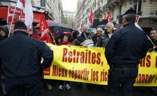 Des militants CGT manifestent le 16 octobre 2015 en face des locaux du Medef à Paris où ont lieu des négociations sur l'avenir des retraites complémentaires