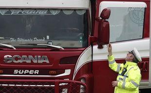 La police examine le camion où 39 corps ont été retrouvés, à Thurrock, le 23 octobre 2019.