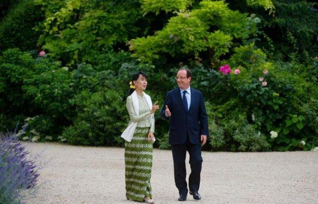 Aung San Suu Kyi et François Hollande dans les jardins de l'Elysée, mardi 26 juin 2012