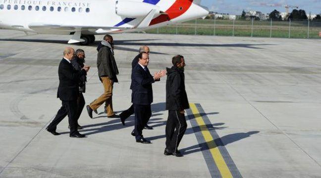 François Hollande accueille les quatre otages libérés, le 30 octobre 2013, sur l'aéroport de Villacoublay, dans les Yvelines. – WITT/SIPA