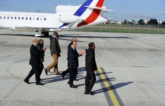 François Hollande accueille les quatre otages libérés, le 30 octobre 2013, sur l'aéroport de Villacoublay, dans les Yvelines.