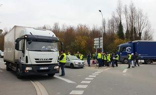 Des «gilets jaunes» bloquent un rond-point près de Lille.