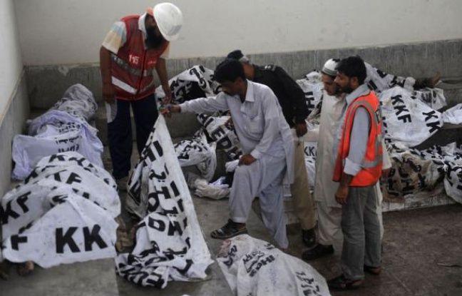 Le puissant incendie ayant ravagé mardi soir une usine de textile à Karachi, la mégalopole du sud du Pakistan, a causé la mort d'au moins 240 personnes, a indiqué mercredi le chef de la police locale.