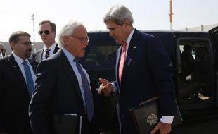 L'émissaire américain Martin Indyk s'entretient avec le secrétaire d'Etat américain John Kerry, à Tel Aviv le 8 novembre 2013