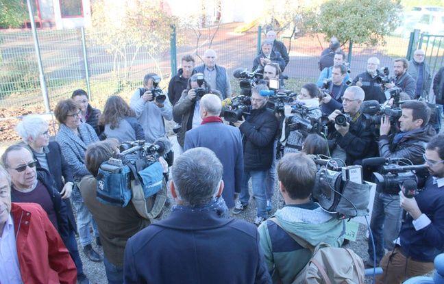 Le 27 novembre 2016, Alain Juppé entouré de journalistes pour le vote du deuxième tour à la primaire de la droite et du centre