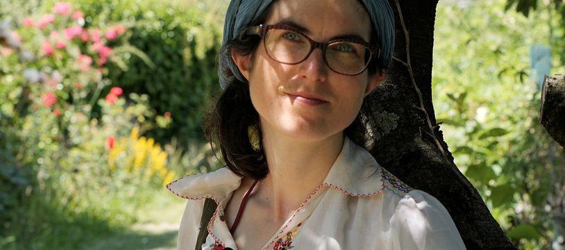 Viviane Griveau-Genest à l'ombre d'un arbre dans les Jardins ouvriers des Vertus à Aubervilliers - Le 9 juin 2021