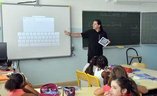 Un enseignant dans une salle de classe (illustration).