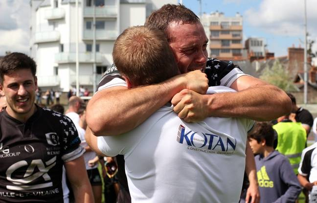 Les joueurs du REC Rugby fêtent la montée du club en Fédérale 1 après leur victoire face à Orsay, à Rennes.