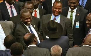 Le chef rebelle Riek Machar (g) et le président du Soudan du Sud, Salva Kiir (c, avec le chapeau), le 17 août 2015, à Addis Abeba