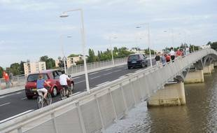 Nantes, le 05/09/2010 Le pont SENGHOR avec des pietons, des automobilistes et des cyclistes