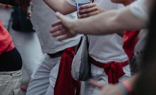 Photo de personnes en tenues de Feria, soient blanches avec un foulard rouge