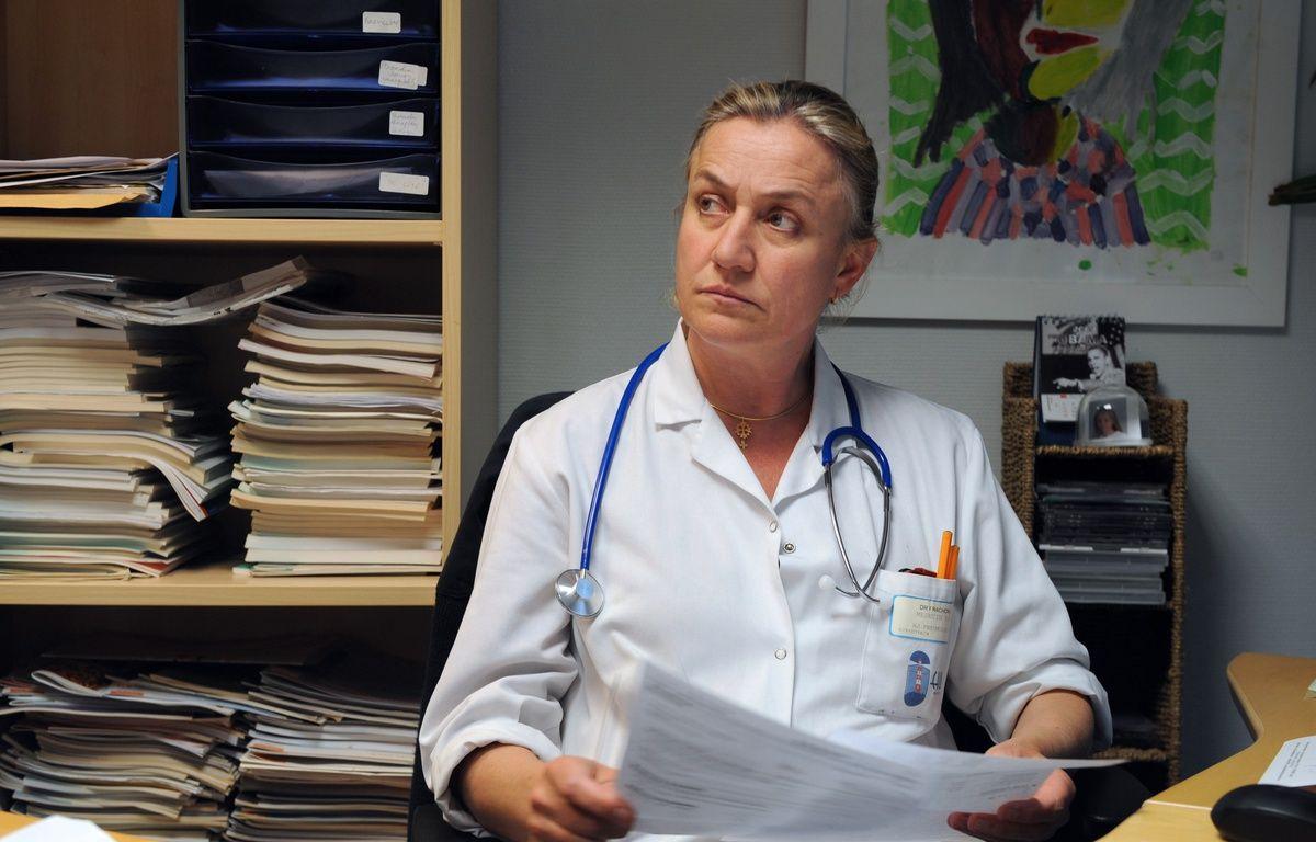 Brest (Finistère), le 18 mai 2013. Irène Frachon dans son bureau du CHU de Brest. – FRED TANNEAU / AFP