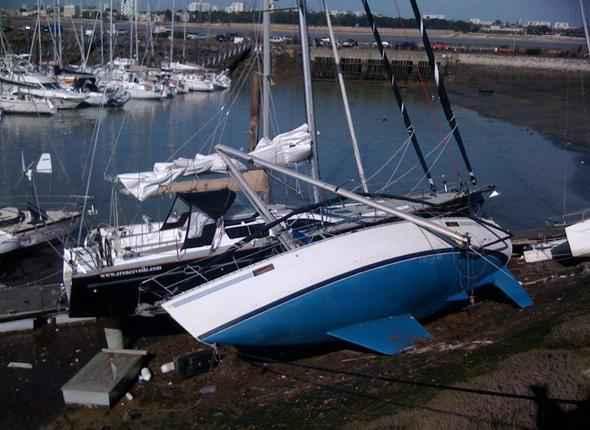 charente maritime un bateau explose dans le port de la rochelle. Black Bedroom Furniture Sets. Home Design Ideas