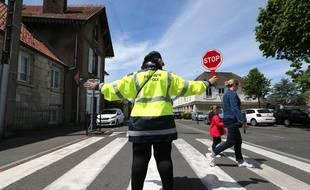 Une écolière et sa mère traversent la rue à Crépy-en-Valois (Oise), le 12 mai 2020.
