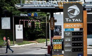 Une station-service Total fermée, le 25 mai 2016 à Feyzin, dans la région lyonnaise