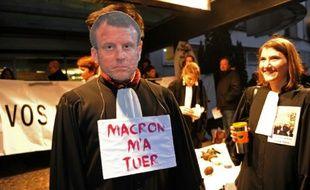 Un avocat porte un masque du ministre de l'Economie, Emmanuel Macron, pendant une manifestation devant le palais de justice de Lille, dans le nord de la France, le 20 octobre 2015