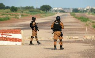 Des gendarmes burkinabè montent la garde près de la caserne des ex-putschistes, le 29 septembre 2015 à Ouagadougou