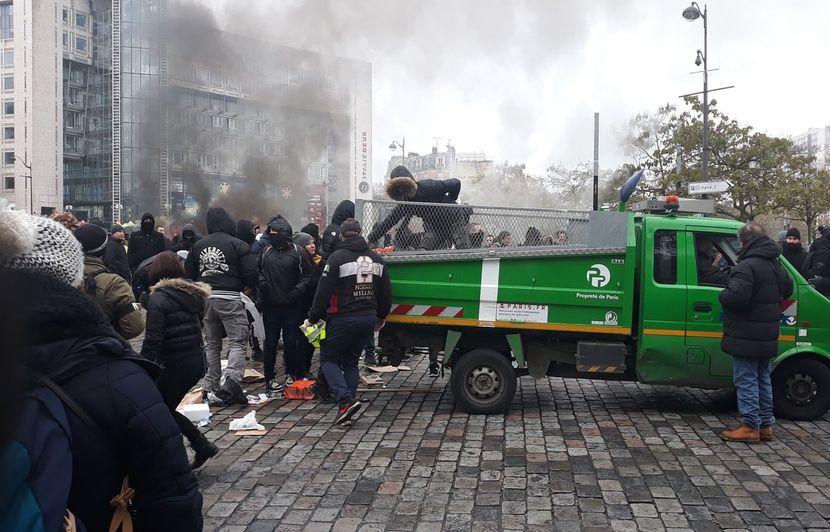 Acte 53 des « gilets jaunes » : Oui, une camionnette de la ville de Paris a bien été utilisée pour alimenter un incendie