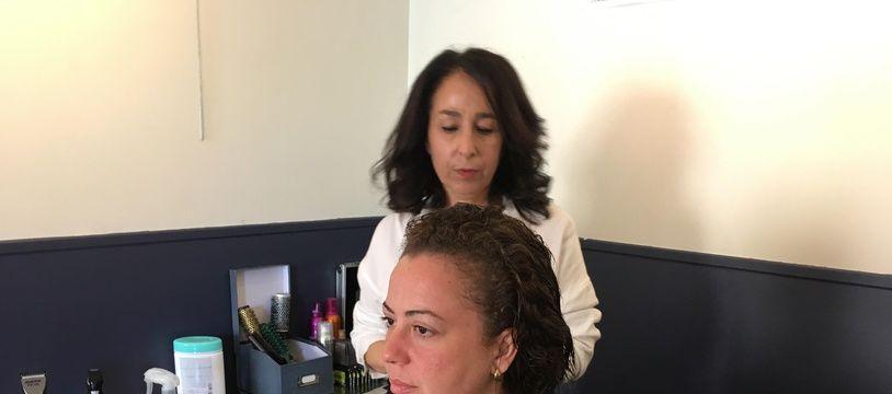 Parvine propose pendant ses vacances de venir coiffer les personnes les moins favorisées au café solidaire de Montrouge.