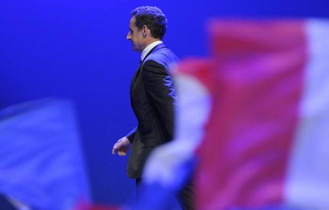 Nicolas Sarkozy quitte la scène de la Mutualité après sa défaite à l'élection présidentielle.