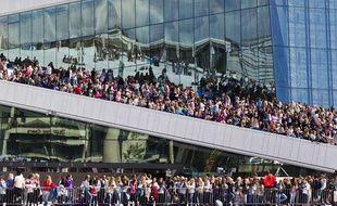 Des milliers de fans survoltés de Justin Bieber attendent leur idole dans les rues d'Oslo, en Norvège, le 30 mai 2012.