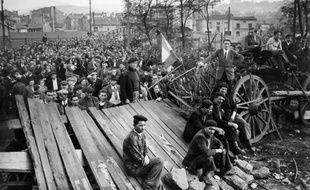 Vue générale du meeting tenu devant le puits de Couriat, en présence des mineurs en grève, le 27 octobre 1948