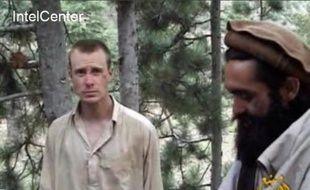 Le soldat américain Bowe Bergdahl (g), otage des Talibans en Afghanistan, le 7 décembre 2010