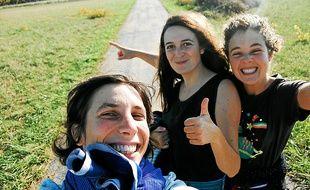 Les trois filles de la compagnie La Grosse Situation.