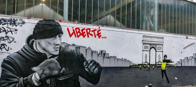 """Un graffe sur Christophe Dettinger et le mouvement des """"gilets jaunes""""."""