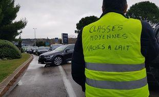 Illustration. Un «gilet jaune» qui participe au barrage filtrant devant l'aéroport de Marseille.