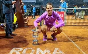 Rafael Nadal avec le trophée du Masters 1000 de Rome, le 16 mai 2021.