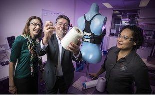 L'équipe scientifique de l'université de Wollongong, avec le pofesseur Steele (à gauche), qui développe un soutien-gorge bionique.