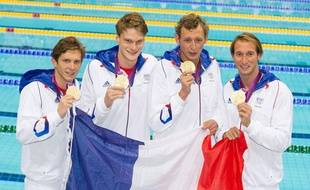 Clément Lefert, Yannick Agnel, Amaury Leveaux et Fabien Gilot, champions olympiques du relais 4x100m nage libre, à Londres, le 29 juillet 2012.