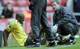 Abou Diaby lors de sa blessure par Dan Smith contre Sunderland en 2006, avec Arsenal.