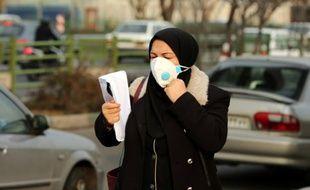 Une Iranienne portant un masque anti-pollution le 19 décembre 2015 à Téhéran