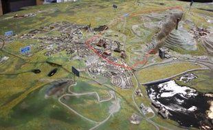Une maquette de la ville de Kiruna, qui montre en rouge la zone qui doit être déplacée en raison de la progession du forage minier, est exposée dans le centre des visiteurs, le 17 mars 2015