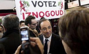 """Au lendemain de la volée de flèches décochée par son rival Nicolas Sarkozy, le candidat socialiste à l'Elysée François Hollande s'est dépeint dimanche, au Salon du Livre à Paris, en Sisyphe """"infatigable, inépuisable"""", combattant sans relâche pour la victoire à la présidentielle."""